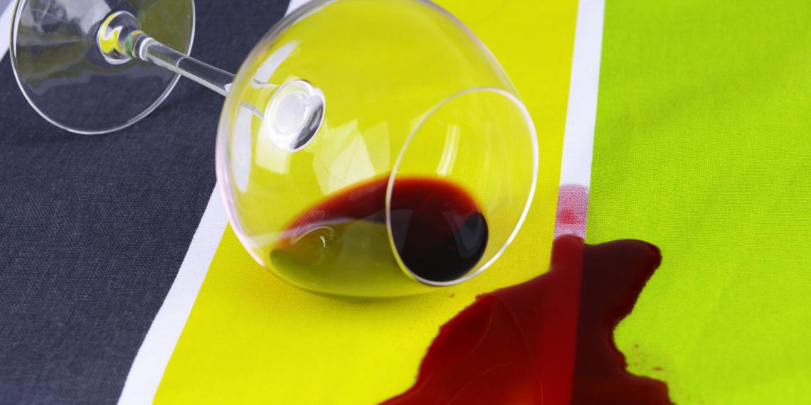 Как легко вывести пятна от красного вина